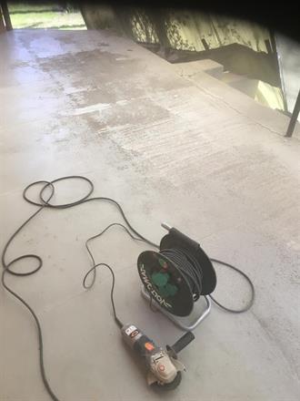 Riss slisses med vinkelsliper før murarbeider