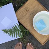"""Etterpå skulle papiret legges raskt i vann for å avslutte """"framkallinga"""" - så er det bare å vente spent på resultatet!"""