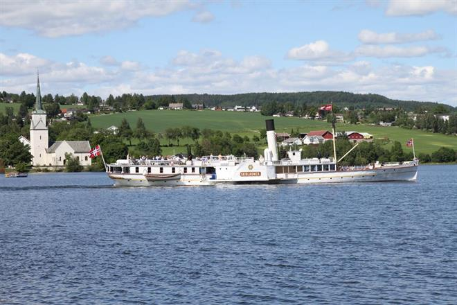 Skibladner passerer Nessundet en sommerdag