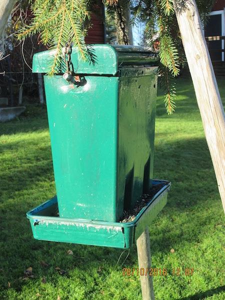 Rolfs fågelmatare - återbrukad postlåda
