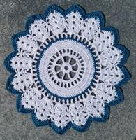 Heklet stjerneduk i hvit og turkis