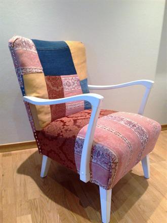 Sammensydde stoffdeler ble til nytt trekk på denne gamle stolen