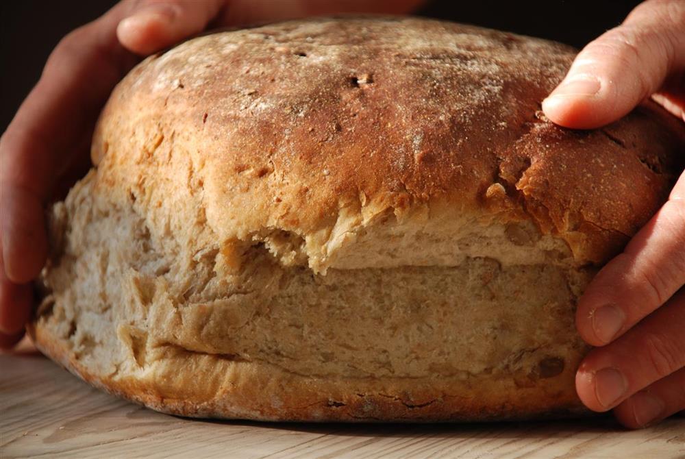 Himmelsberga, saftigt surdegsbröd med solrosfrö och milt kryddat med pomerans