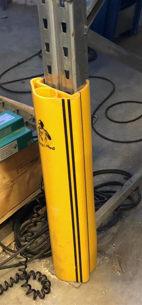 Fjädrande skydd till pallställ