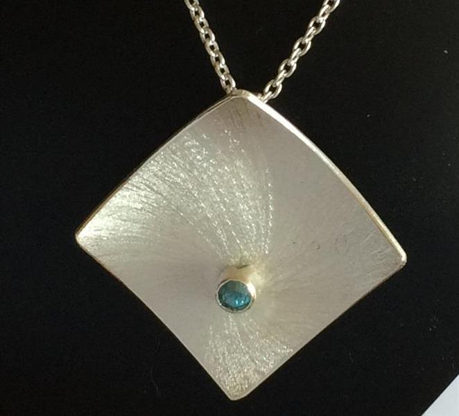 Halssmycke i silver med frästa mönster och zirkon.