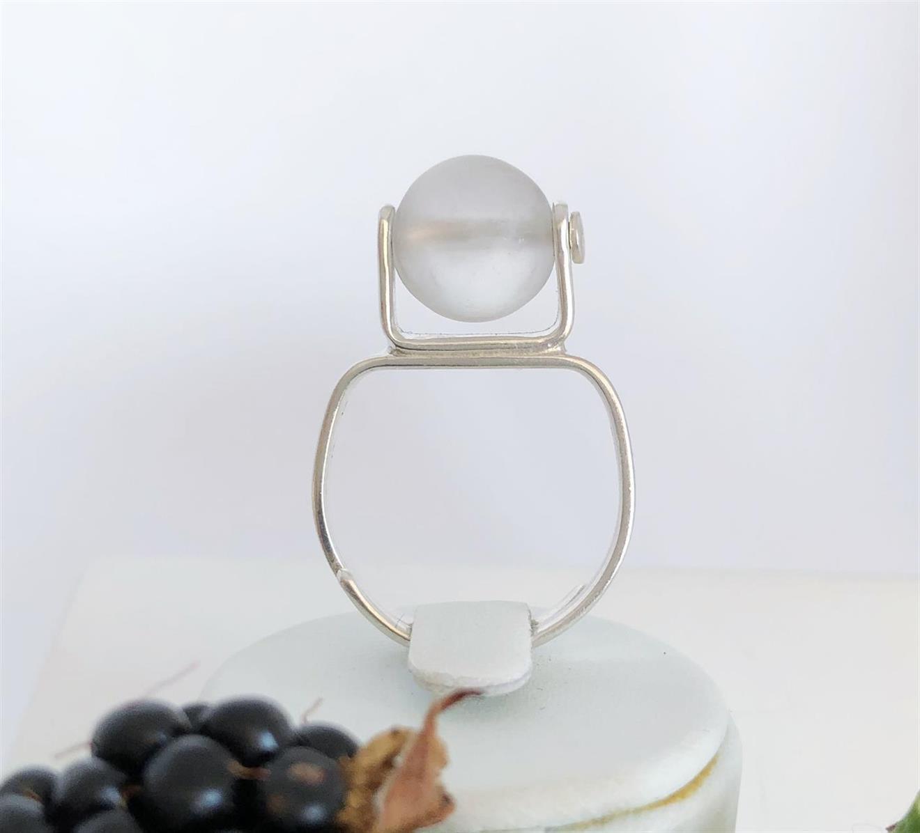 Ställbar ring i silver med frostad bergskristall 10mm.