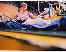 Inzamelen en sorteren  De kleding wordt gesorteerd op kwaliteit en soort. (katoen, wol, acryl)