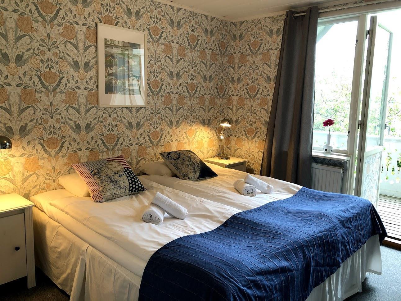 Rum 2. Mysigt rum med 2 st 90 cm sängar med balkong, mindre toalett & dusch utanför rummet.