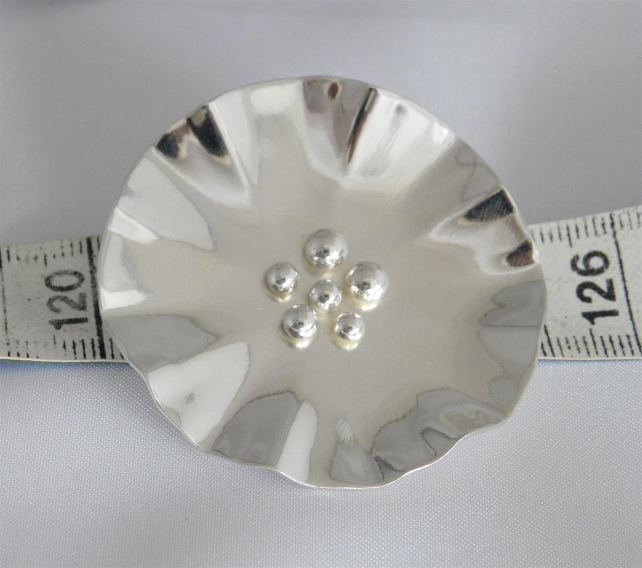 Brosch i silver med blommotiv