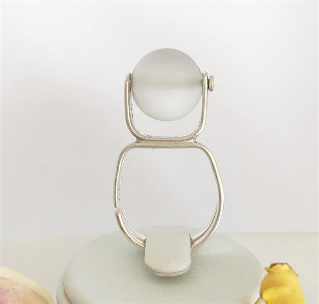 Ställbar ring i silver med frostad bergskristall 12mm.