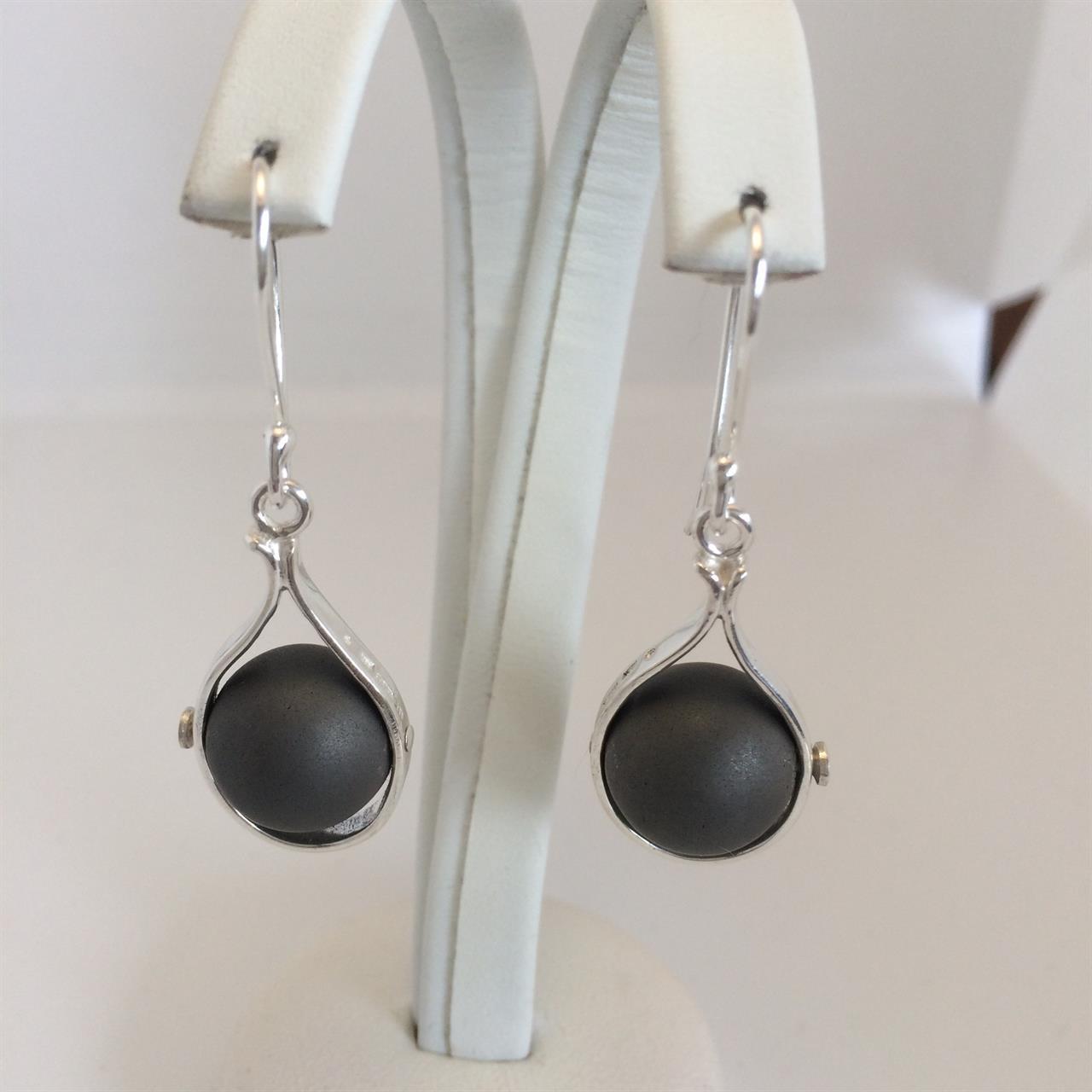Handgjorda örhängen i silver med hematitpärlor