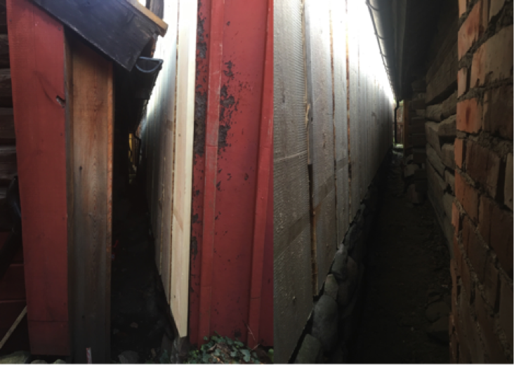 Bild 3. Påbörjad panelning av nedre delen av timmerväggen. Sett från två olika håll.