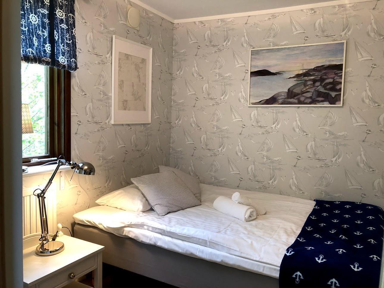 Rum 6. Mycket litet rum med en 140 cm säng som har en sida intill väggen.