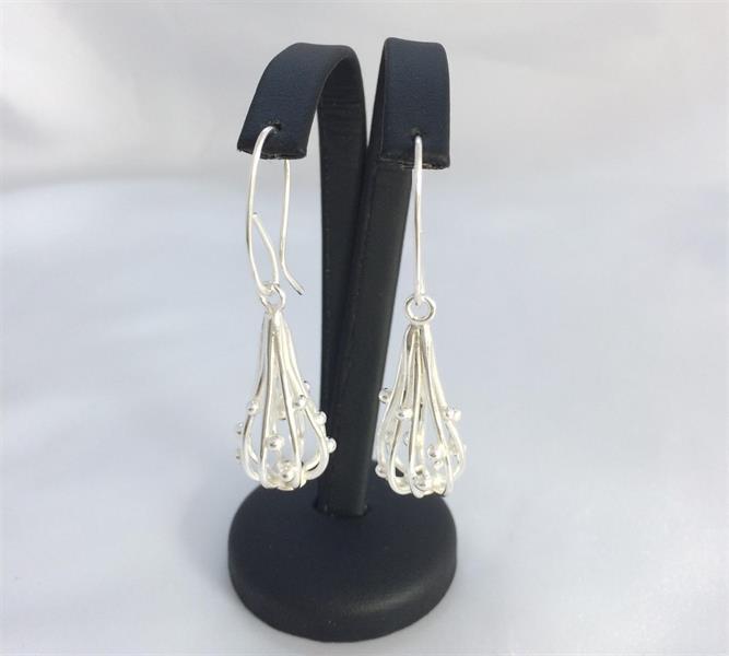 Droppformade silverörhängen