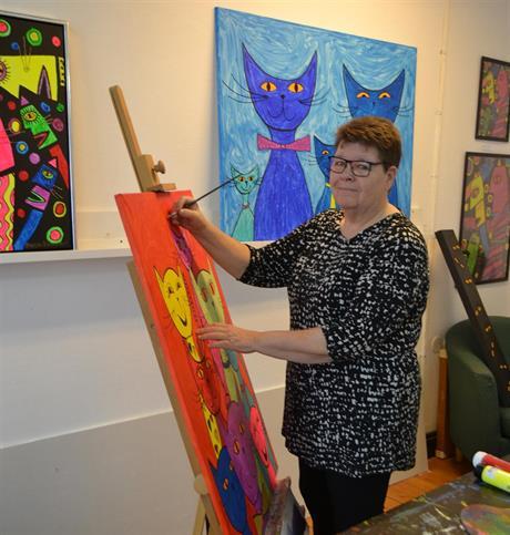 Susann Bönnemark i sin ateljé målande vid staffli