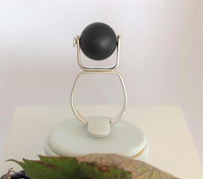 Ställbar ring i silver med onyxpärla.