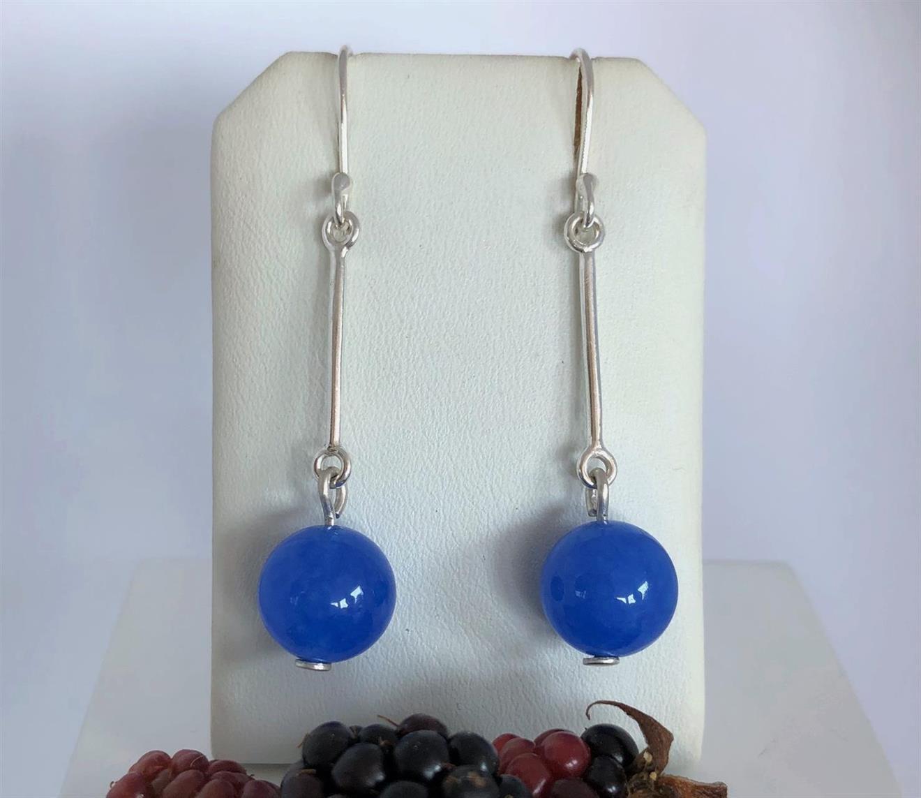 Örhängen i silver med blå agatpärlor.