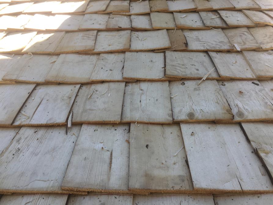 Närbild av läggningen av stickespån. Varierad läggning, växelvis läggning från höger till vänster.