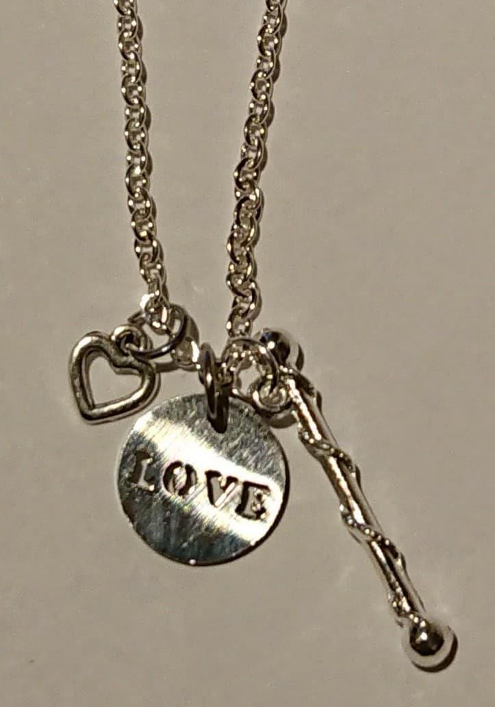 """Kjede med stav, hjerte og """"Love"""""""