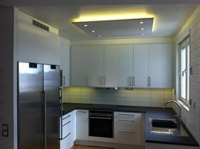 Egen designad takpanel, LED-strip till indirekt ljus och LED-spottar till allmän ljus