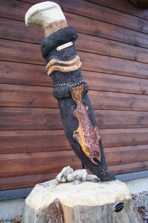 Stor-Öringen, konstverk skulpterad med motorsåg.