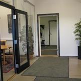 Entré, kontorsavdelning. Olles kontor t v, Fredriks o Jennys t h.