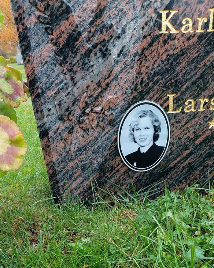 Graverad skylt med foto för t ex gravsten