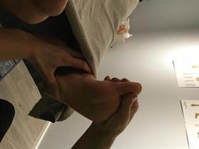 hoito aloitetaan jalkapohjista