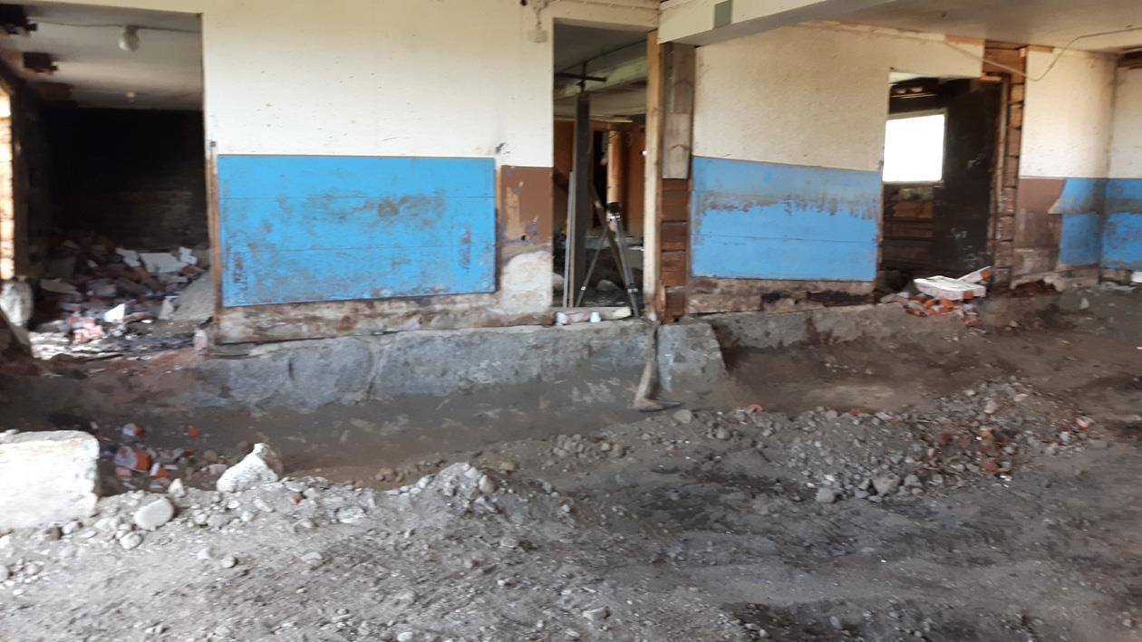 en meter ner i marken. Det befintliga golvet gick ända upp till den blå plattan.