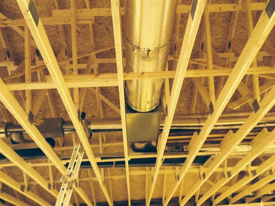 Taket er på, og gutta starter med ventilasjonrørene.