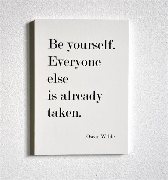Trätavla A4, Be yourself, vit/svart text