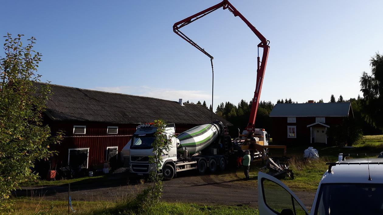 Äntligen kommer betongen. fyra lastbilar blev det.