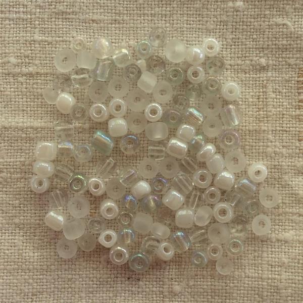 Vita/genomskinliga blandade pärlor 4mm