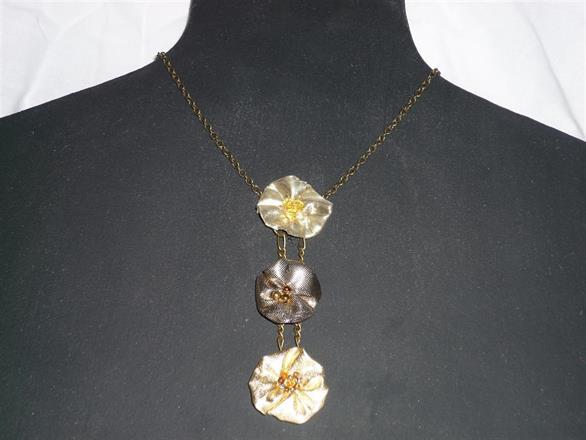 4. Halsband av textil med kopparfärgad kedja