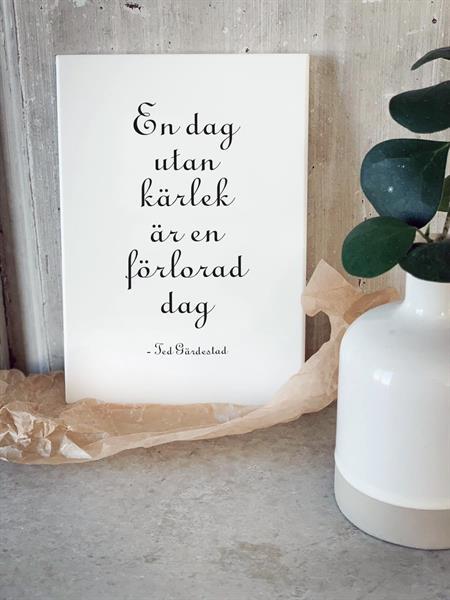 Trätavla A4, En dag utan kärlek, vit/svart text