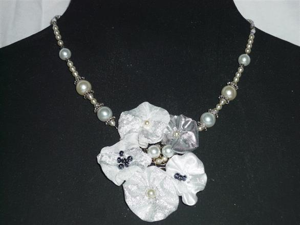 6. Halsband med pärlor och textil