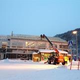 Det legges plater på taket, og det gledes til å slippe å måkke snø hver dag:)