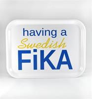 Bricka 27x20 cm, Swedish Fika, vit/blå-gul text