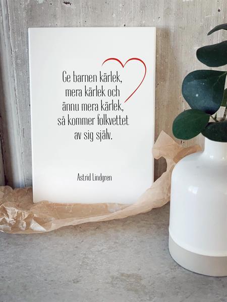 Trätavla A4, Ge barnen kärlek, vit/svart-röd text
