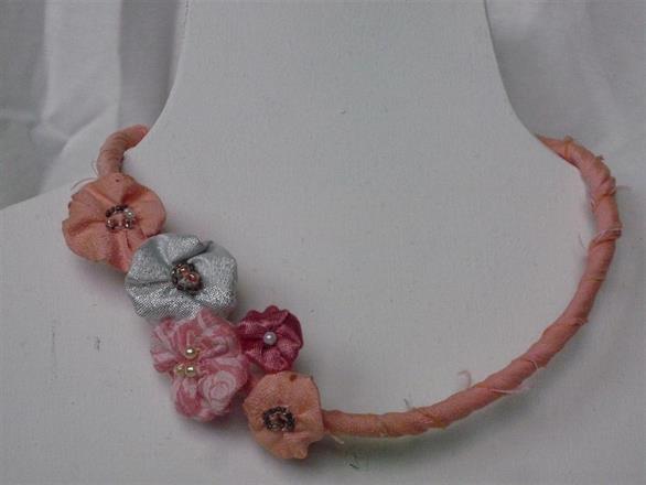 2. Halsband av textil och pärlor