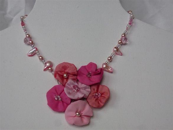 8. Halsband av textil och pärlor