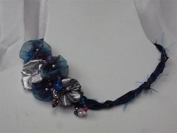 10. Halsband i textil med pärlor
