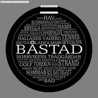 Bricka rund 31 cm, Båstad, svart/vit text