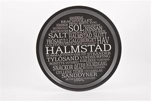 Bricka rund 31 cm, Halmstad, svart/vit text