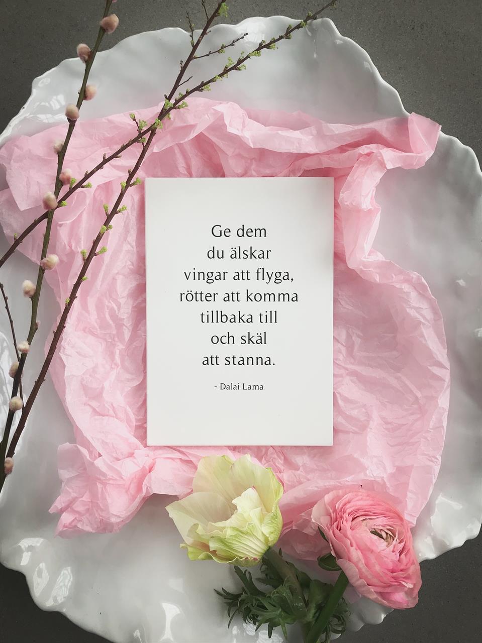 Trätavla A5, Dalai lama svenska, vit/svart text