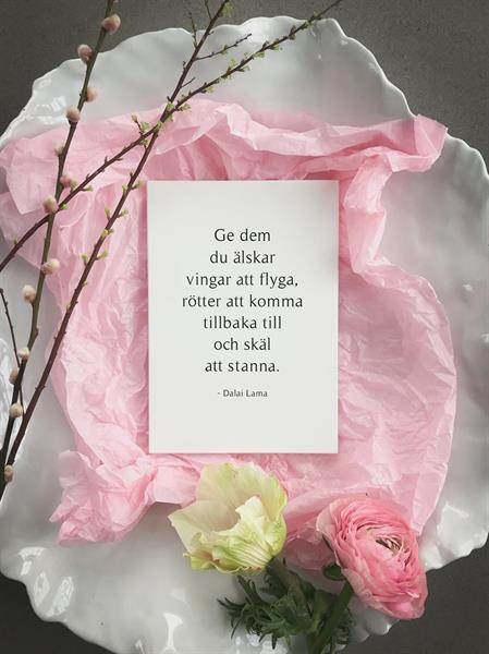 Trätavla A4, Dalai lama svenska, vit/svart text