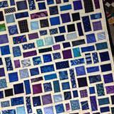 """Hvit med blå """"frimerker"""""""