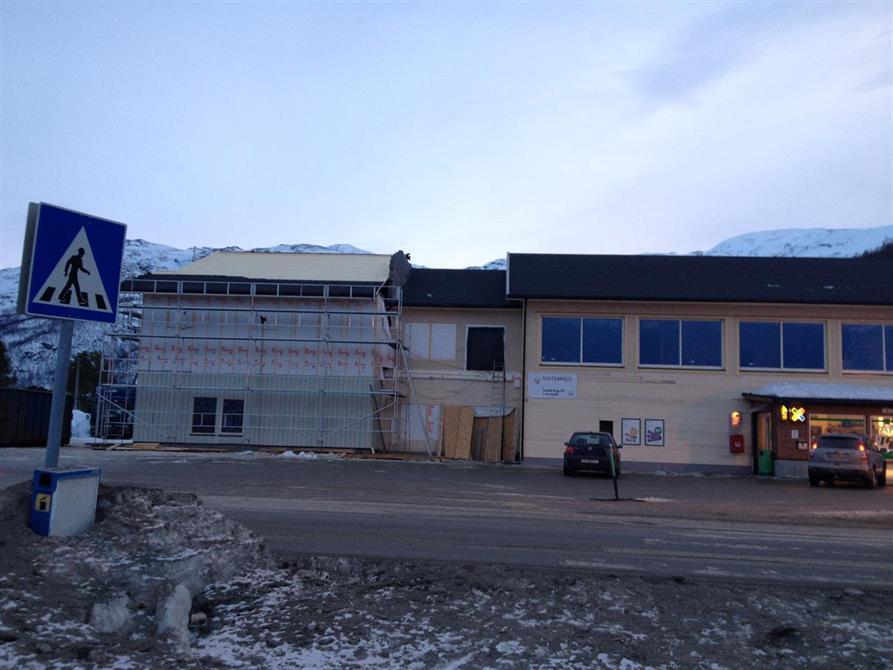 Underveis i prosessen var vi nødt å reise tak på nabobygget da vann og is ble ett problem på det flate taket.