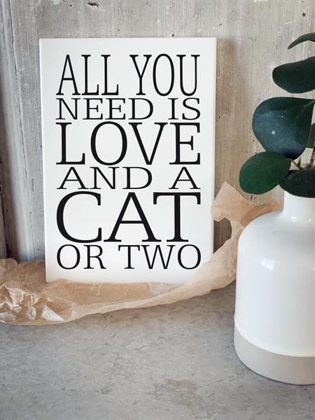 Trätavla A4, All you need is a cat, vit/svart text