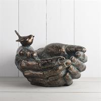 Fågelbad, händer med fågel